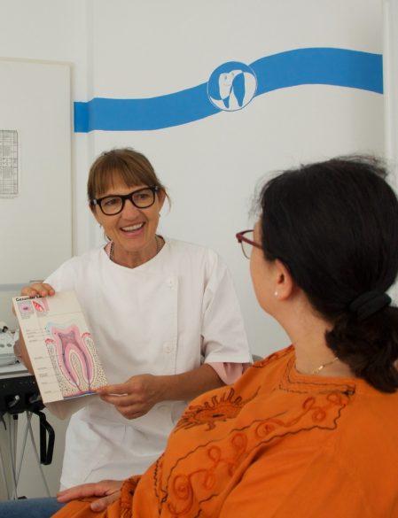Zahnarzt Dr. med. dent. Inge-Maria Schwab in der Behandlung